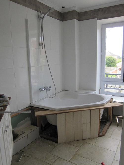 salle de bain blanche et chocolat