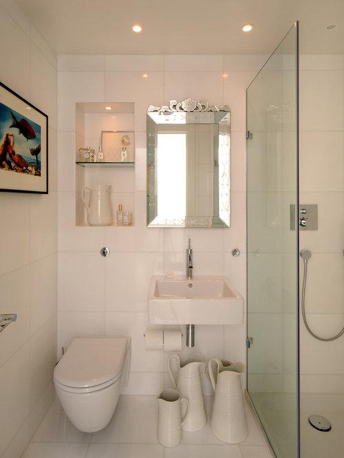 Salle de bain avec des carreaux de c ramique et un wc for Carreaux ceramique salle de bain