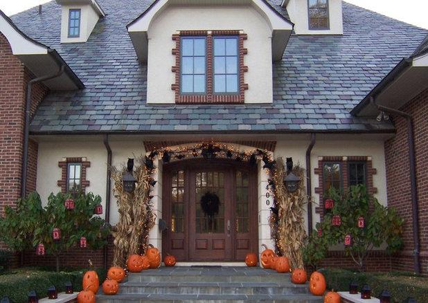 Bewitching halloween entryways by houzzers - Decoraciones de exteriores ...