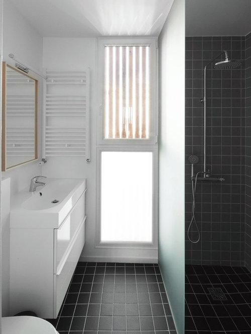 Salle de bain scandinave avec un carrelage noir et blanc for Carrelage salle de bain scandinave