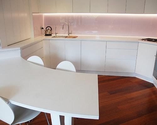 k chen mit rosa k chenr ckwand und arbeitsplatte aus fliesen bilder k chenideen. Black Bedroom Furniture Sets. Home Design Ideas