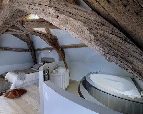 salle de bain avec une baignoire d 39 angle et un sol en bois clair photos et id es d co de. Black Bedroom Furniture Sets. Home Design Ideas