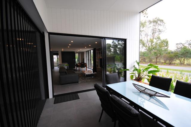 Small lot brisbane contemporary courtyard brisbane for Small lot home designs brisbane