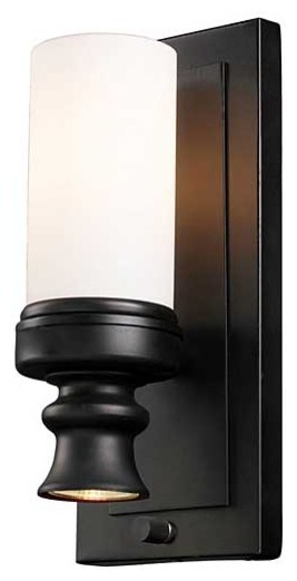 Does this light have a built-in on off switch or wall switch?