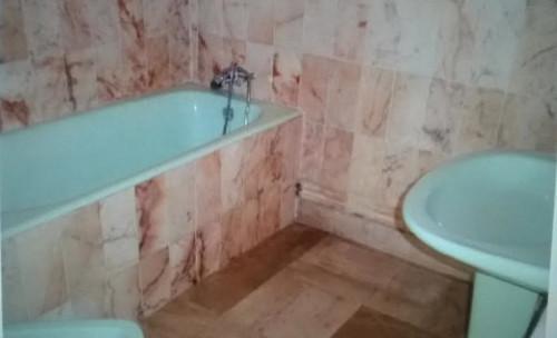 est ce un crime de vouloir tout changer dans cette salle de bain. Black Bedroom Furniture Sets. Home Design Ideas