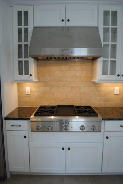Maple White Adams Cabinets, Blue Labradorite Granite, Pietra Beige