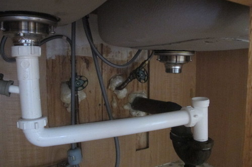 undermount uneven double sink drain is not lined to p trap