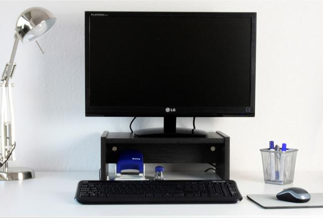 desktopst nder auf ikea schreibtisch in schwarzbraun. Black Bedroom Furniture Sets. Home Design Ideas