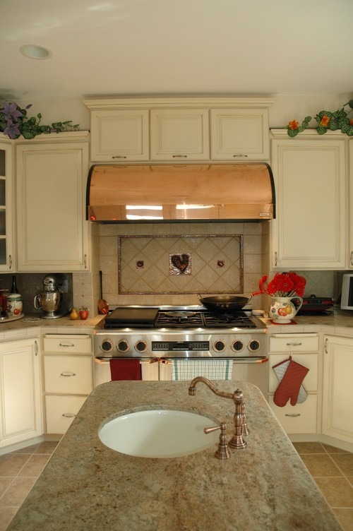 Before and After Photos of a traditional kitchen remodel.