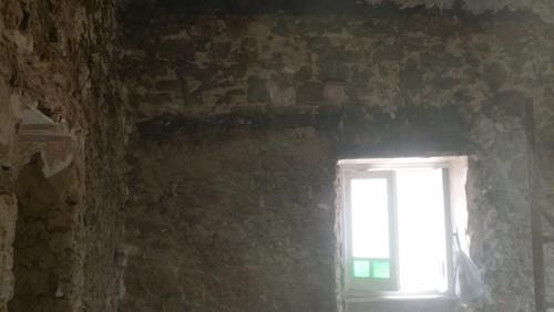 Lasciare elementi in pietra sulla pareti?!