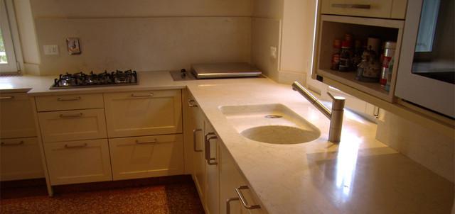 Piani cucina in marmo biancone con lavello scavato dal blocco