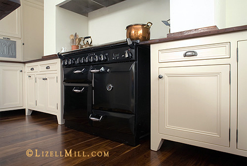Vintage unfitted freestanding white kitchen traditional for Antique free standing kitchen cabinets
