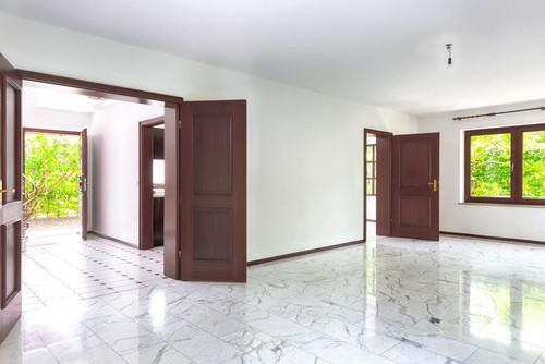 Wohnzimmer mit carrara marmor rausrei en und parkett legen - Marmorboden wohnzimmer ...