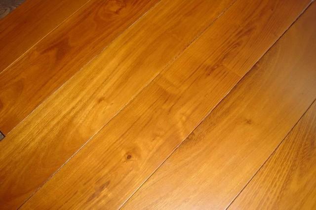 Sàn gỗ căm xe có màu nâu vàng đặc trưng