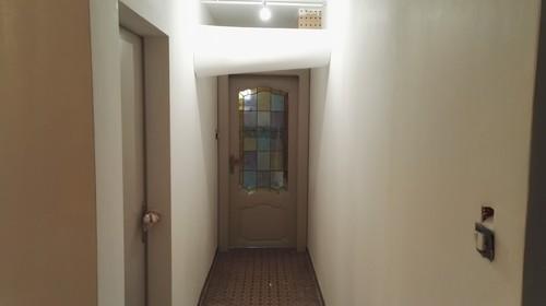 Je cherche la couleur pour mettre de la vie dans ce couloir help for Idee de couleur pour un couloir