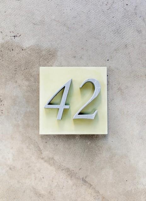 sandstein hausnummer mediterran hausnummern other metro von a architektur und design. Black Bedroom Furniture Sets. Home Design Ideas