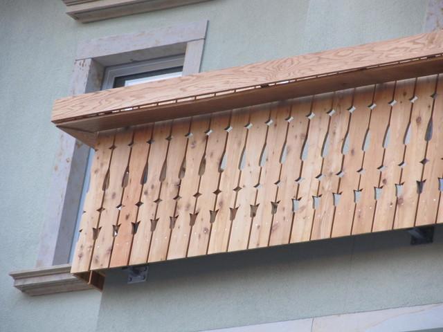balkon mit blumenkasten. Black Bedroom Furniture Sets. Home Design Ideas