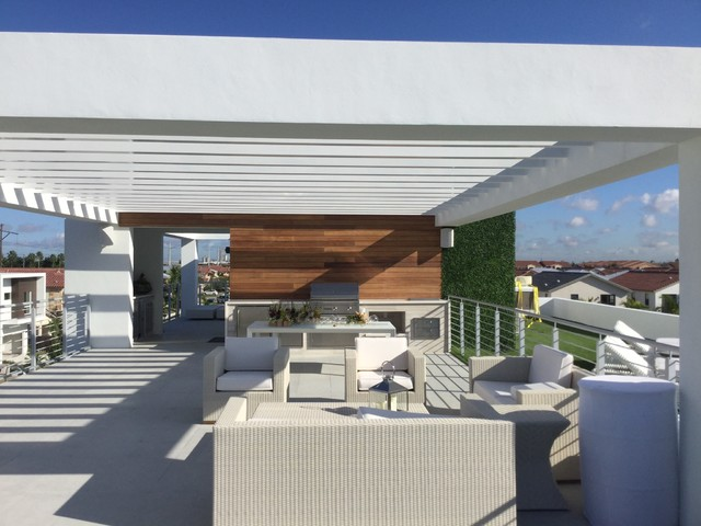 Custom outdoor living space in doral florida for Outdoor living spaces florida