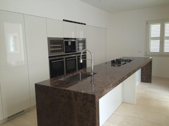 isola Marmo decorazione cucina : Cucina con isola, top marmo e armadio dispensa - Modern - Dining ...