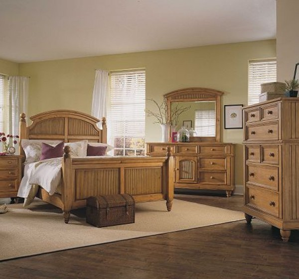 Broyhill hampton pine finish poster bedroom set for Transitional bedroom furniture