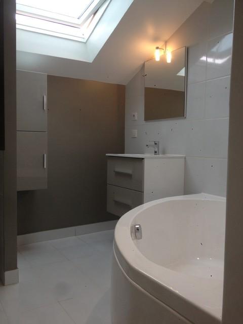 Salle de bain parisienne lumineuse 5m2 baignoire angle wc int gr - Etagere baignoire angle ...