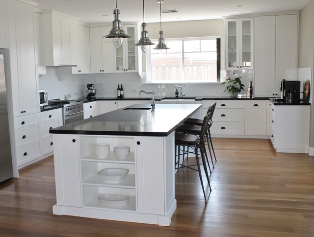 hamptons style black and white kitchen klassisch perth von urban spice. Black Bedroom Furniture Sets. Home Design Ideas