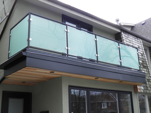 Modern glass railings modern home fencing and gates for Exterior glass railing