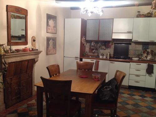 Consiglio per arredare zona cucina soggiorno con pavimento colorato e