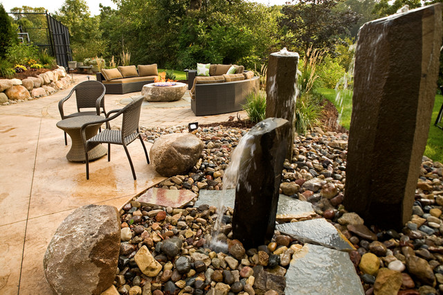 Fire pit patio with basalt water features contemporain for Fontaine bassin de jardin