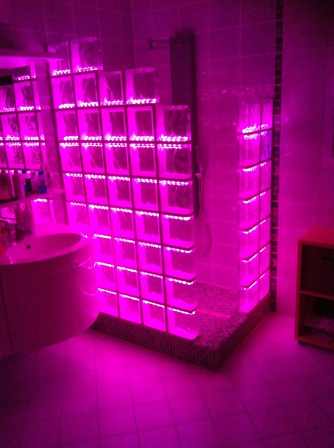 cabine de douche en briques de verre avec un clairage par led. Black Bedroom Furniture Sets. Home Design Ideas