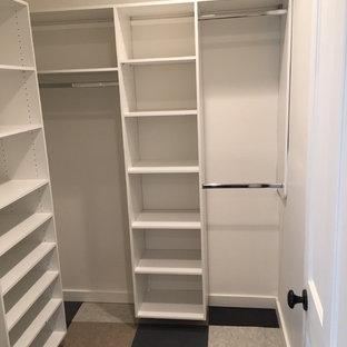 Immagine di una grande cabina armadio unisex design con ante con riquadro incassato, ante bianche, pavimento in linoleum e pavimento multicolore
