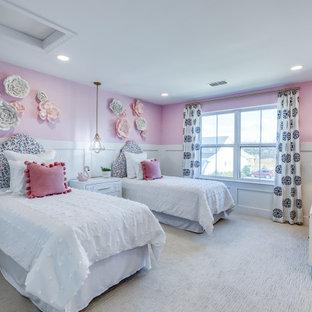 Immagine di una cameretta per bambini tradizionale con pareti rosa, moquette, pavimento beige e boiserie