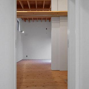 Inspiration pour un dressing minimaliste neutre avec un placard sans porte, un sol en bois clair et un plafond en poutres apparentes.