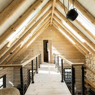 Immagine di un ingresso o corridoio rustico di medie dimensioni con pareti beige, pavimento in compensato, pavimento beige, travi a vista e pareti in legno
