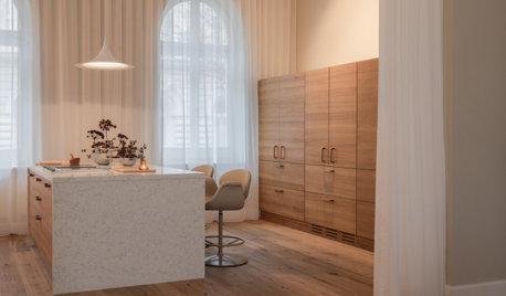 Offen gestaltete Küche mit verschlossenen Türen