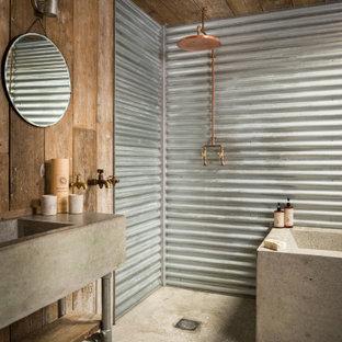 Источник вдохновения для домашнего уюта: маленькая главная ванная комната в стиле кантри с отдельно стоящей ванной, душевой комнатой, металлической плиткой, бежевыми стенами, полом из цементной плитки, столешницей из бетона, бежевым полом, открытым душем, бежевой столешницей, тумбой под одну раковину и деревянными стенами