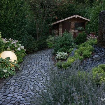 Kamin-Holzlager und Sauna, integriert in den Garten