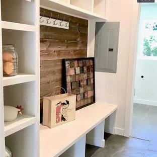 Idéer för en mellanstor klassisk parallell tvättstuga enbart för tvätt, med en rustik diskho, brunt stänkskydd, vita väggar, klinkergolv i porslin, en tvättmaskin och torktumlare bredvid varandra och grått golv