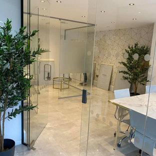 Aménagement d'un bureau industriel de taille moyenne avec un sol en carreau de terre cuite, un bureau intégré et un sol turquoise.