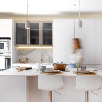 Vista frontal de la cocina con los puntos de luz encendidos