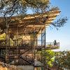 Architecture : Une maison perchée sur un terrain en pente raide