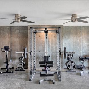 Multifunktionaler Landhausstil Fitnessraum mit Betonboden und grauem Boden in Austin