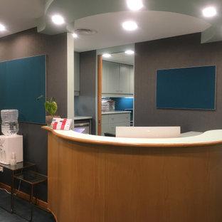 Свежая идея для дизайна: фойе среднего размера в современном стиле с зелеными стенами, ковровым покрытием, одностворчатой входной дверью, стеклянной входной дверью, бирюзовым полом и обоями на стенах - отличное фото интерьера