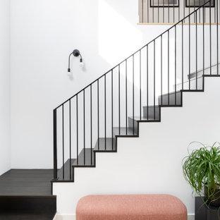 Идея дизайна: угловая лестница в скандинавском стиле с металлическими перилами
