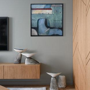 Ispirazione per un soggiorno contemporaneo di medie dimensioni e aperto con pareti grigie, pavimento in sughero, camino sospeso, TV a parete e pavimento marrone