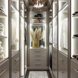 Immagine di una cabina armadio moderna