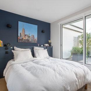 Idées déco pour une chambre parentale contemporaine de taille moyenne avec un mur multicolore, un sol en bois brun, aucune cheminée et un sol beige.