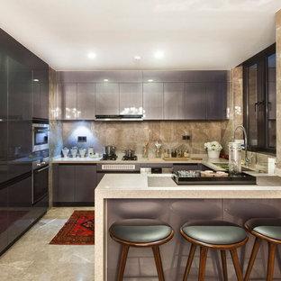 Inspiration för ett litet funkis kök, med en undermonterad diskho, släta luckor, lila skåp, bänkskiva i kvartsit, beige stänkskydd, stänkskydd i stenkakel, rostfria vitvaror, klinkergolv i porslin och en halv köksö