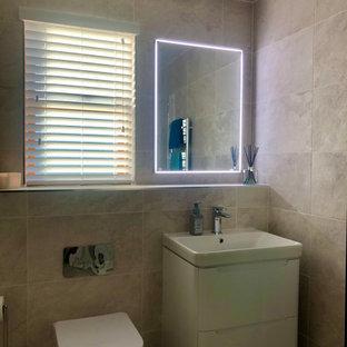 Пример оригинального дизайна: большая детская ванная комната в современном стиле с плоскими фасадами, белыми фасадами, отдельно стоящей ванной, открытым душем, инсталляцией, серой плиткой, керамогранитной плиткой, серыми стенами, полом из керамогранита, подвесной раковиной, столешницей из плитки, серым полом, душем с распашными дверями, серой столешницей, унитазом, тумбой под одну раковину, подвесной тумбой и потолком из вагонки
