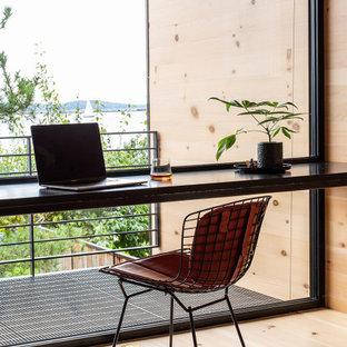 Diseño de estudio madera y madera, rural, pequeño, madera, con suelo de madera clara, escritorio empotrado y madera